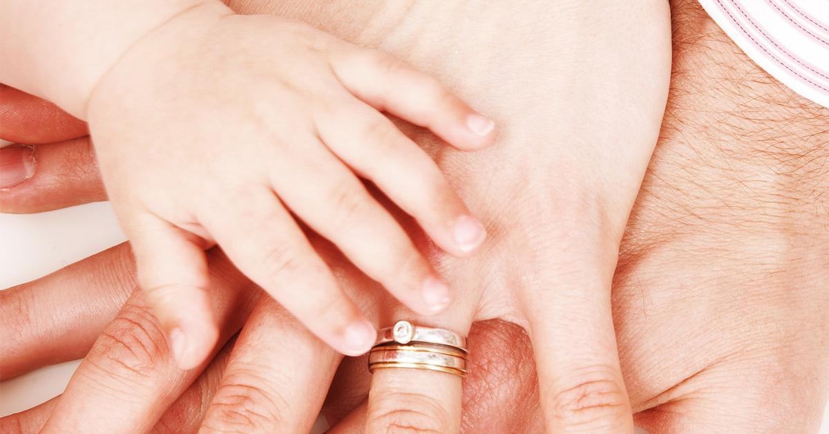 Ръце на майка, баща и дете