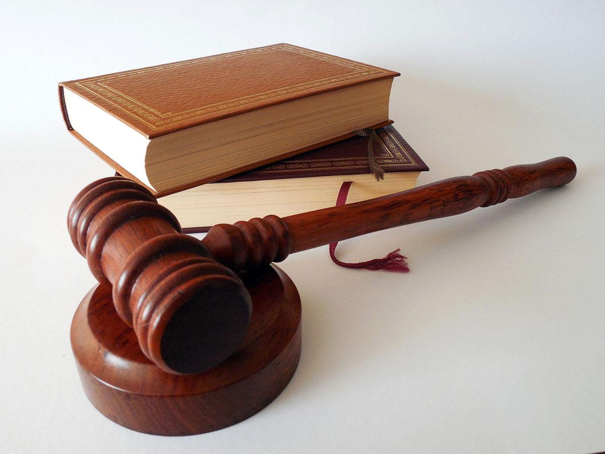 Съдебен чук и книги
