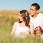 Младо семейство с дете сред природата