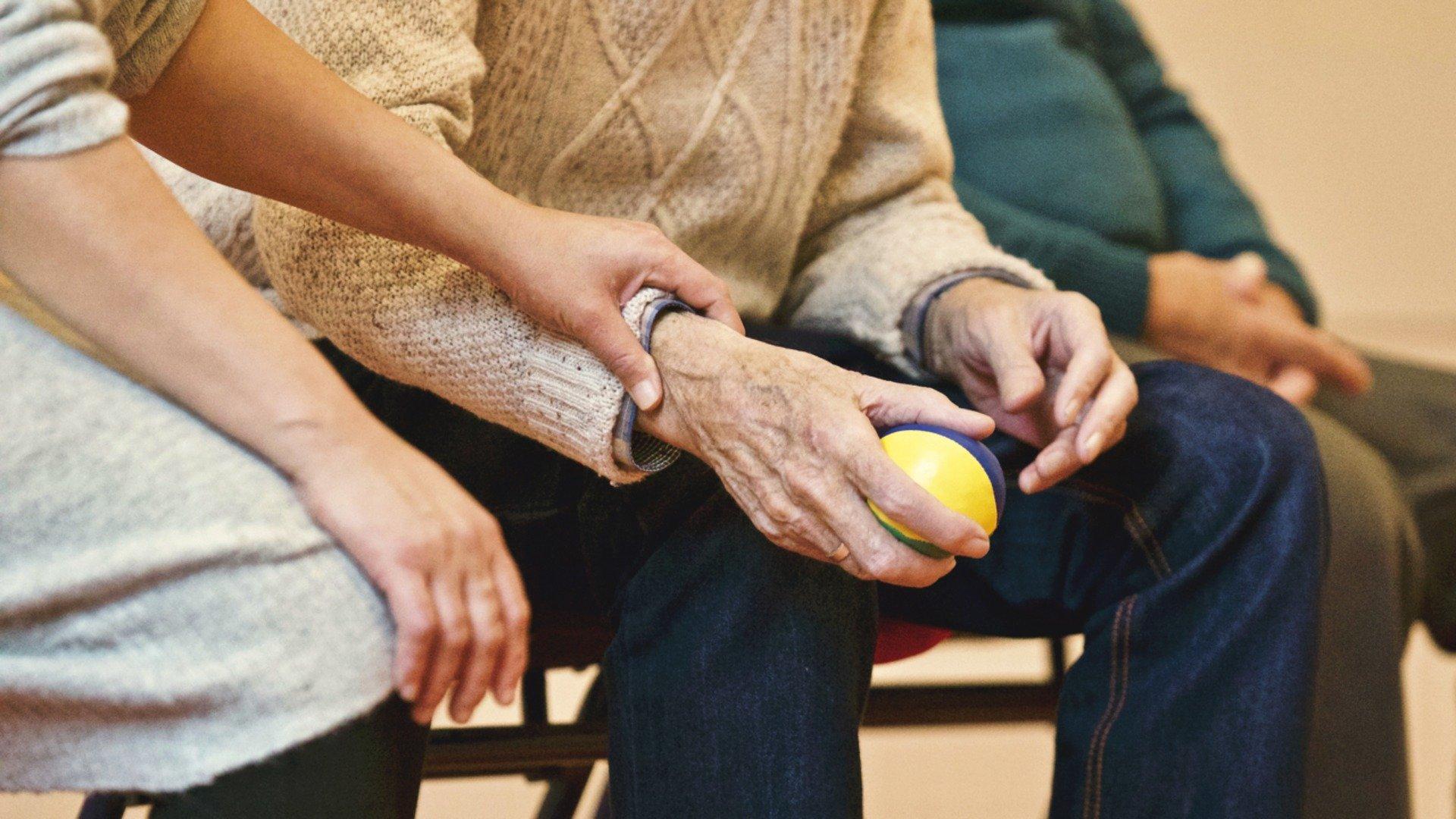 Помощ за възрастен мъж